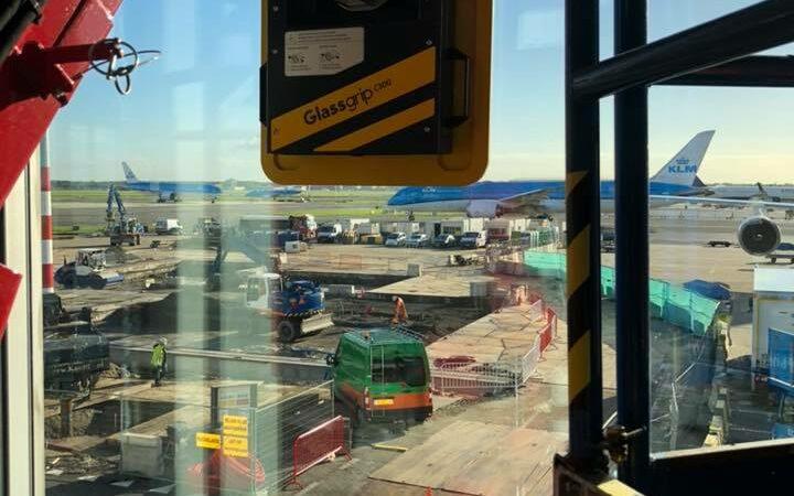 Glaszuiger-schiphol-vliegtuig